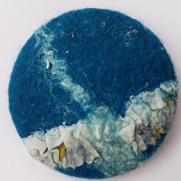 Ansteckbrosche aus Filz blau von Heidi Drahota
