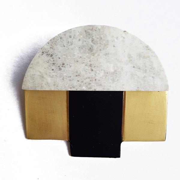Brosche aus Messing mit Stein