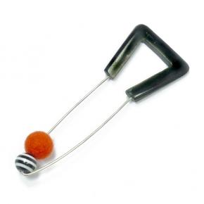 Anstecknadel Horn mit oranger Filzkugel von Setenga
