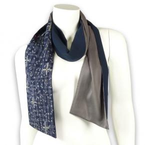Seidenschal aus dunkelblauem Kimonowollstoff von fabrica poetica
