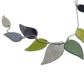 pepina peculiar Leder-Blätter-Kette grau und grün
