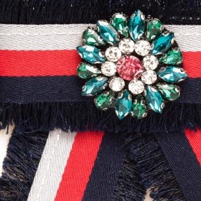 Textilschleife blau-rot gestreift zum Anstecken mit farbigem Schmuckstein