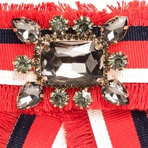 Textilschleife rot gestreift zum Anstecken mit grauem Schmuckstein